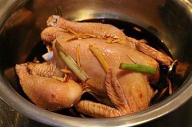 喜欢吃烧鸡,准备一口电饭锅,自己在家就能做,不加水,更好吃