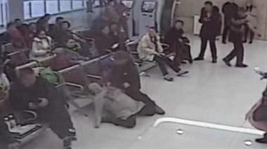 女子抽血前晕倒,医生护士跪地抢救