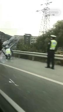 店口一三轮车逆行被撞翻,司机躺地上流了噶多血!