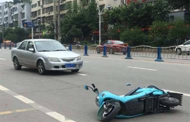 衢州一骑车人被卷入装载车底,惨遭碾压…司机却开车走了