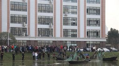 越城这学校捕捞自养鱼5000多斤,全校师生免费吃