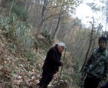 轮流背80岁老奶奶下山,这几个小伙太帅了!