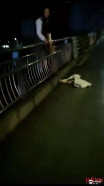 凌晨两点,女子披头散发站在桥边,夜班的哥趁其不备突然……