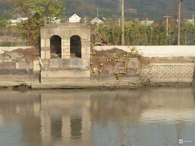 乾元这古桥被撞塌后,2男子双双开摩托撞进河里…