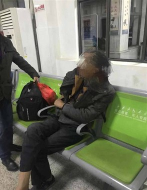 心疼!德清西站一男子等车太无聊,喝完2瓶白酒后醉倒在地…
