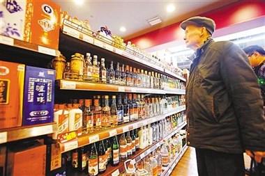 去超市买白酒时,如果看到瓶身上没有这些标志,不是假酒就是酒精酒
