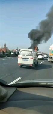 杭甬高速汽车起火,火势凶猛!注意现在道路双向堵车