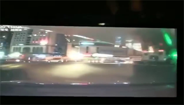 厦门一路面塌陷致地铁水管爆裂 两车坠入无人员伤亡!