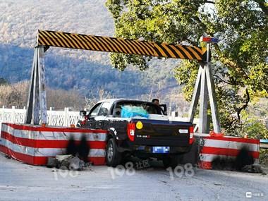 新车刚过清风桥,就被女司机糟蹋!车上还贴着实习标