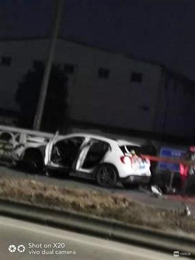 绍兴西站惊现恐怖车祸,白色轿车被隔离栏直接捅穿