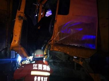 半个小时!206国道附近两货车相撞 司机被困现场紧急救援