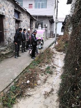 景德镇20多个村民拦马路 电动横在路中间!货车被逼调头…