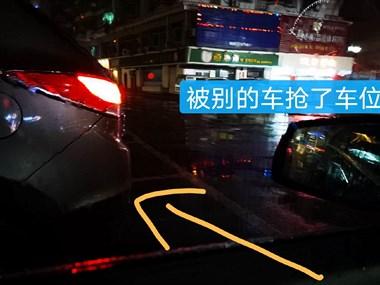 这位女司机驾照难道是买来的?倒车足足5分钟还是倒不进去