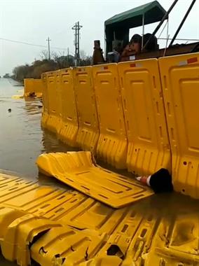 衢州这路上涨水了!车子过路当船开,水都没过车胎…
