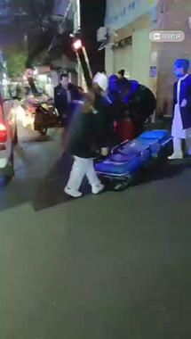 沃尔玛附近一摩托滑倒 2人受伤全被120接走!地上还有血