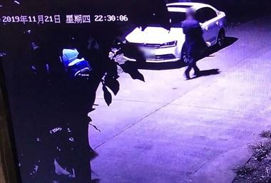 2男子半夜在鹿山街道投毒!已投案自首,被警方拘留