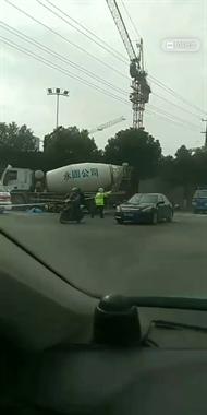新昌发生惨烈车祸!女子被撞身亡已盖布,孩子已送医