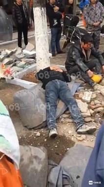 绍兴两男子打起来了!一人头被打出血,一人躺在地上…