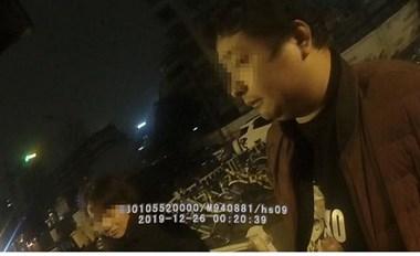 色胆包天!杭州一出租车司机抓女孩胸部,还狠狠捏了一把