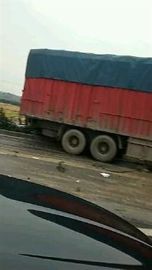 衢州一轿车被大货车拦腰撞!司机被死死卡住,消防正在救援