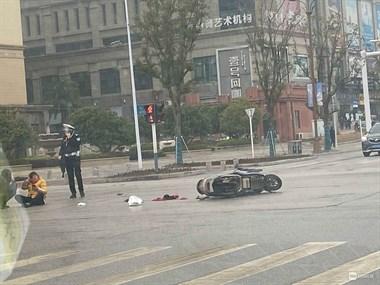 恒大附近一女司机开车撞飞骑车妇女!电动车都撞散架了