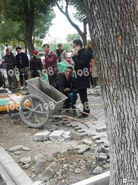 出事了!男子被3个民警拷在路边,围观群众挤爆了