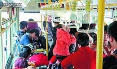 公交车上乘客帮抱小孩,美女却说这话!还吵起来了