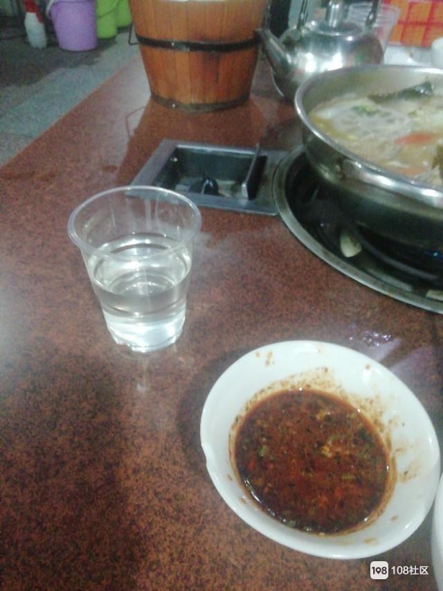 一家三口人吃小火锅,有酒有肉有菜30个品种随便加,多少钱