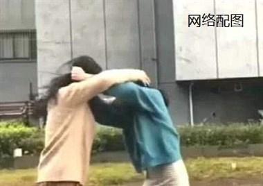 在嵊州某广场等老公,一女子带男人冲上来要扇我巴掌