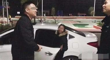 尴尬了!把老婆落在南门公厕,男子开着车独自远去!