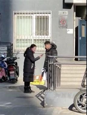 丈夫偷买千元年货给父母,妻子当街发飙!跺脚怒喊…