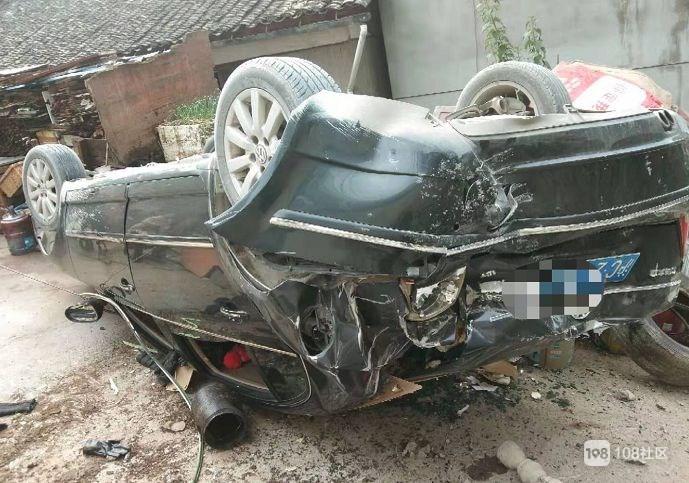 老司机倒车坠下7米高楼下!路人大姐竟冲上来死拽车门…