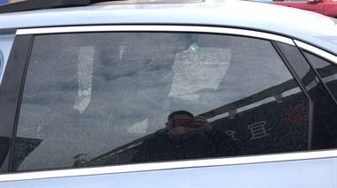 惊险!豪德一小车被铁弹珠打破两面车窗 车主当时就坐在车内