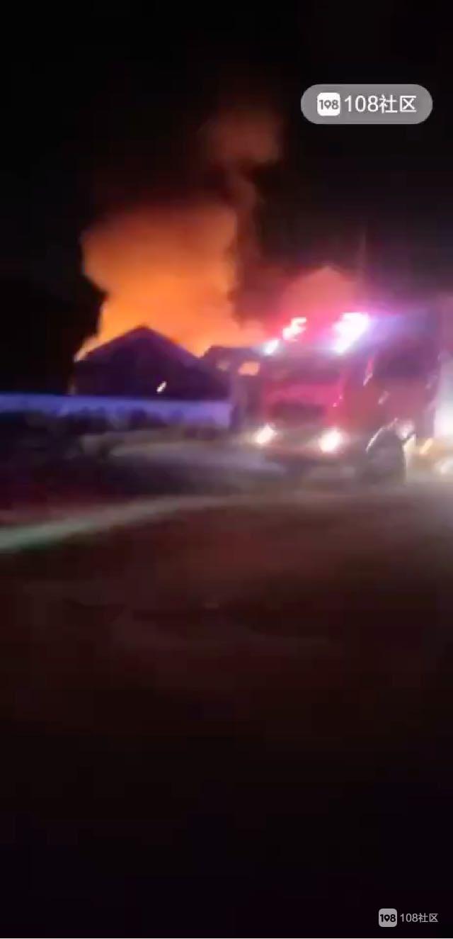 枫桥一布机厂大火,消防车到了好几辆,紧急救援中
