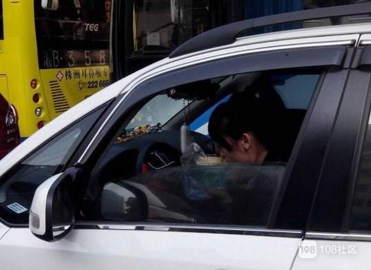 市区这女司机太猖狂!满口脏话不停,真想教训两巴掌