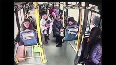 嵊州公交车上,1岁小孩突然失去知觉!司机立刻这样做