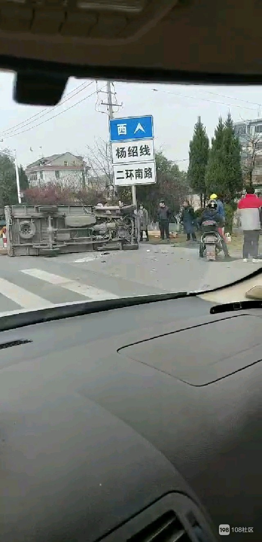二环路嘭的一声巨响!两辆车撞翻,一女子横躺在地上