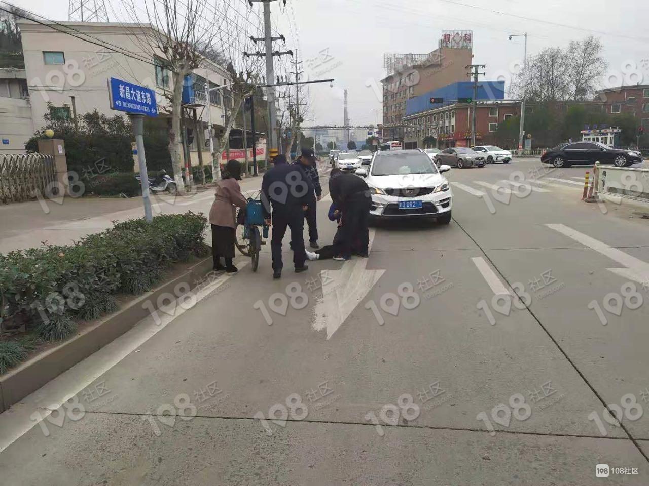 太温柔!皮尔公司门口出车祸,2城管把老人抱在怀里