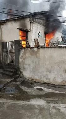 三界房子突发大火!火苗从窗口往外喷,消防3分钟赶到