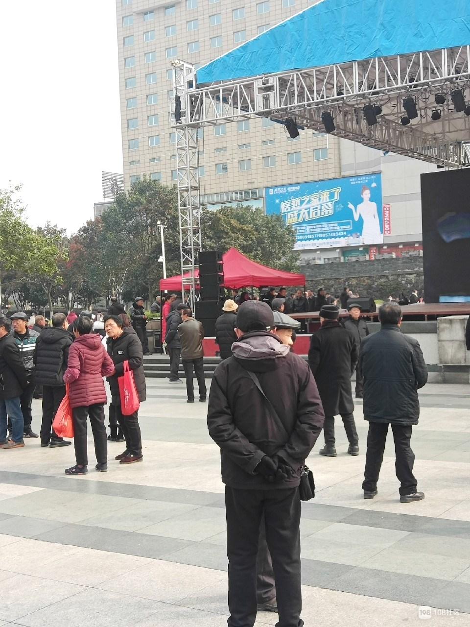 文化广场舞台灯光已搭好,噶多人闻讯赶来,热闹咕!