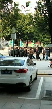 景德镇一群农民工马路上拉横幅讨薪 疑似负责人现场抢横幅!