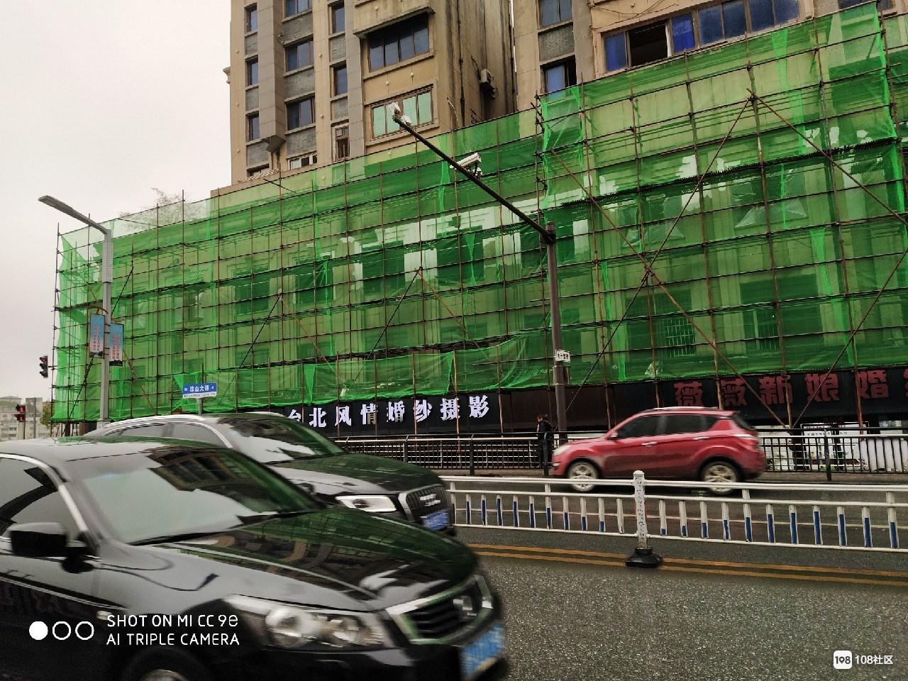 焕然一新!数码广场维修绿网已拆除 外部看不出大火烧伤痕迹
