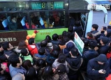 20来人一窝蜂抢上公交车!人被挤变形,头发成鸡窝