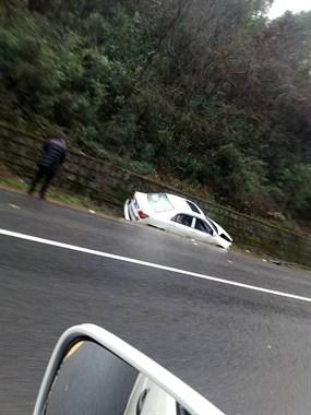 秦望山车神!白色轿车排水渠过弯,连人带车掉沟里