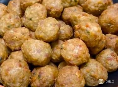 炸丸子这样做,不管是直接吃还是煮火锅都非常的美味,外酥里嫩