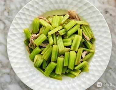 炒芹菜需要焯水吗?这才是正确做法,炒出来的芹菜又脆又嫩不塞牙