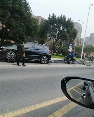 鲁家峙大桥又发生车祸 私家车撞倒一大排护栏!