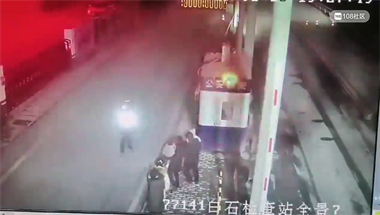 为这事!衢州男子抱娃袭警,交警却不还手!视频曝光