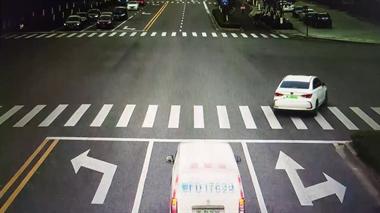 """汽车观察盲区""""冲绿灯"""",撞上""""抢黄灯""""的电动车,同责!"""