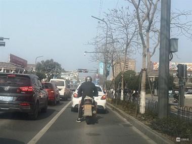 中兴路这辆摩托车,压下后面一排汽车!社友却为这事吵翻